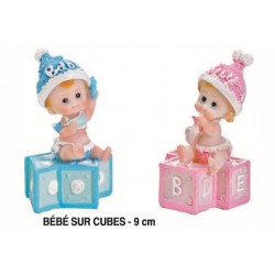 Bébé sur cubes - 9 cm